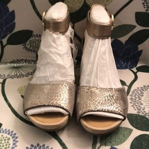 NWOT Earth Relief Pod Champagne wedges